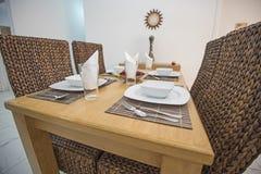 Design de interiores da sala de visitas luxuosa do apartamento com jantar do tabl imagem de stock royalty free