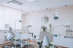 Design de interiores dental da clínica com a cadeira e as ferramentas de diversos dentistas Escritório dental moderno da clínica  fotografia de stock