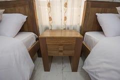 Design de interiores do quarto na casa com camas individuais fotos de stock