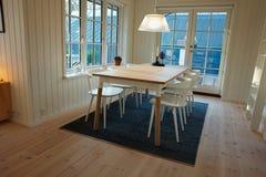 Design de interiores escandinavo dinamarquês da sala de jantar moderna Fotografia de Stock Royalty Free