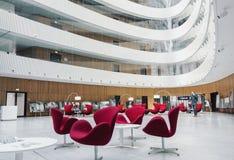 Design de interiores de espera do salão do centro de negócios moderno fotografia de stock
