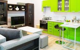 Design de interiores limpo verde da cozinha e da sala Fotografia de Stock