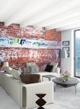 Design de interiores mínimo do estilo do quarto branco com parede de madeira e o sofá cinzento rendição 3d ilustração 3D Imagens de Stock Royalty Free