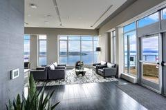 Design de interiores moderno da área habitável em cores pretas e cinzentas Foto de Stock
