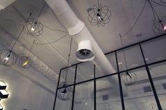 Design der zeitgenössischen Restaurantdecke Foyeranhänger Dachbodenlichter Innenraum des Cafés stockbild