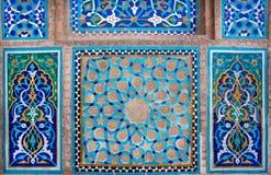 Design des antiken Keramikziegels innerhalb des historischen Hauses im Iran Stockfotografie