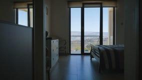 Design des Schlafzimmers mit panoramischen Fenstern und schöne Ansicht außerhalb des Raumes stock footage