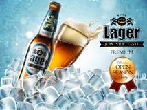 Design des Werbungsbieres mit Flasche und Glas in den Eiswürfeln Stockfotos