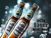 Design des Werbungsbieres mit zwei Flaschen in den Eiswürfeln Hohes d Lizenzfreie Stockfotos