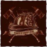 Design för brandmant-skjorta etikett med illustrationen av hjälmen med korsade yxor Arkivfoto