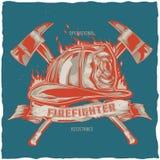 Design för brandmant-skjorta etikett med illustrationen av hjälmen med korsade yxor Fotografering för Bildbyråer