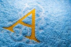 Design för broderimonogramalfabet på handduken arkivfoton