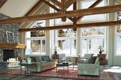 Design för rum för familj för lyxig öppen golvkabin inre med den stearinljus tända stenspisen och scenisk bakgrund för vinter stock illustrationer