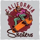 Design för skateboardt-skjorta etikett med illustrationen av den skelett- spela skateboarden Arkivbild