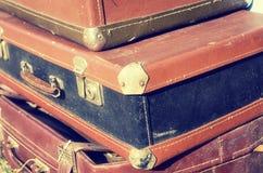 Design för stil för härliga resväskor för tappning sjaskiga forntida gamla retro Begreppslopp tonat foto Arkivfoto