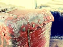 Design för stil för härliga resväskor för tappning sjaskiga forntida gamla retro Begreppslopp tonat foto Arkivbilder