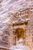 Design schnitzte im Stein im Siq in PETRA, Jordanien Stockfoto