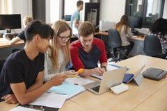 Design-Studenten, die im CAD-/3Ddrucklabor zusammenarbeiten lizenzfreie stockbilder