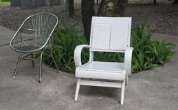 Design två av stol i trädgården Välj fokusen Royaltyfri Bild