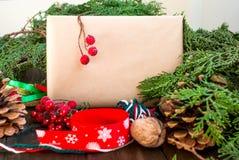 Design von Bändern, von Niederlassungen und von Beeren eines Neujahrsgeschenks Stockfoto