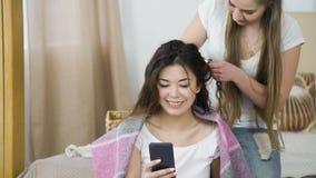 Designazione dei capelli di tempo di bellezza di svago degli amici fotografie stock