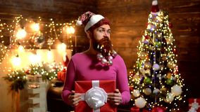Designazione della Santa Claus con una barba lunga che posa sui precedenti di legno Vigilia del nuovo anno dell'uomo Il Natale eq stock footage