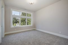 designed home interior living retro room style Κενό δωμάτιο με το γκρίζο δάπεδο ταπήτων Στοκ εικόνα με δικαίωμα ελεύθερης χρήσης