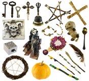 Designen ställde in med rituella objekt med voodoodockan, pentagramen, pumpa som isolerades på vit arkivbild