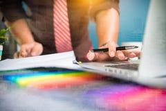 Designer-Businessman-Hand unter Verwendung des intelligenten Telefons, bewegliches Zahlungen onli Lizenzfreies Stockfoto