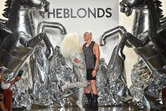 Designer David Blond und Phillipe Blond erscheinen auf der Rollbahn an der Blonds-Modeschau Lizenzfreie Stockfotos