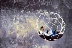 Designer de interiores do Freelancer que trabalha no estúdio do projeto fotografia de stock