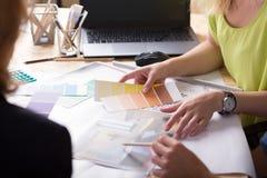 Designer de interiores que discutem o projeto fotos de stock royalty free
