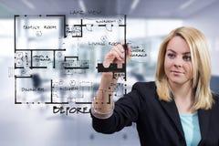 Designer de interiores que tira o esboço interior do modelo no escritório Imagens de Stock Royalty Free