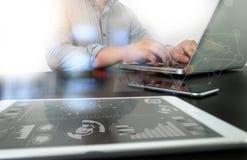Designer, der digitalen Tabletten- und Computerlaptop mit intelligentem p bearbeitet Lizenzfreie Stockfotografie
