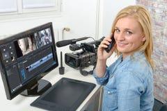 Designer der jungen Frau, der Computer für die Videobearbeitung verwendet Lizenzfreies Stockbild