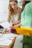 Designer, die über Projekt sich besprechen Stockbilder