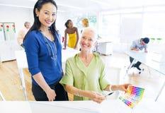 Designer, die Farben vom Farbmuster wählen Stockbilder