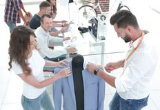 Designer, die an neuen Modellen von Kleidung arbeiten lizenzfreie stockfotos