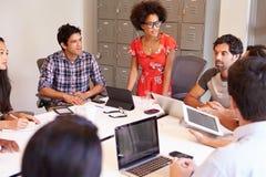 Designer, die sich treffen, um neue Ideen zu besprechen Lizenzfreie Stockfotografie