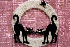 Designer för allhelgonaafton: två svart katt och spindel på jutecirkeln Arkivfoton