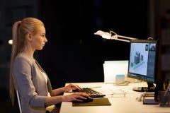Designer gráfico com o computador no escritório da noite Fotografia de Stock