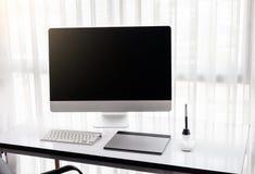 Designer& gráfico x27; espaço de trabalho de s com uma tabuleta da pena, um computador imagem de stock royalty free