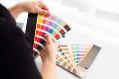 Designer gráfico que trabalha com paleta do pantone Fotos de Stock Royalty Free