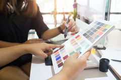 Designer gráfico que trabalha dois povos criativos que trabalham em criativo fotografia de stock royalty free