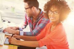 Designer gráfico que usa uma tabuleta de gráficos em seu escritório Foto de Stock