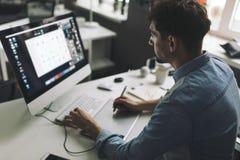 Designer gráfico novo que trabalha no escritório Imagem de Stock Royalty Free