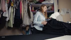 Designer-Kleidung auf schwarzem Gewebe macht Maßlinie stock video