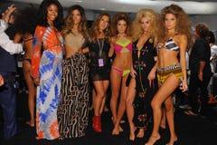 Designer Libby De Santis (c) und Modelle, die Bühne hinter dem Vorhang an der Indah-Modeschau während MBFW-Schwimmens 2015 aufwer Stockbild