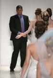 Designer Matthew Christopher und modelliert Wegrollbahn an Matthew Christopher-Modeschau während Brautder sammlung des Fall-2015 Stockbilder