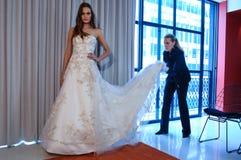 Designer Michelle Roth wird an der Sammlungsdarstellung Michelle Roth Bridal Springs 2016 gesehen Lizenzfreie Stockfotos